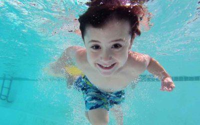 Promozione famiglia: con due adulti un bimbo entra gratis in piscina